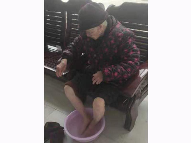 养老院-为老人洗脚