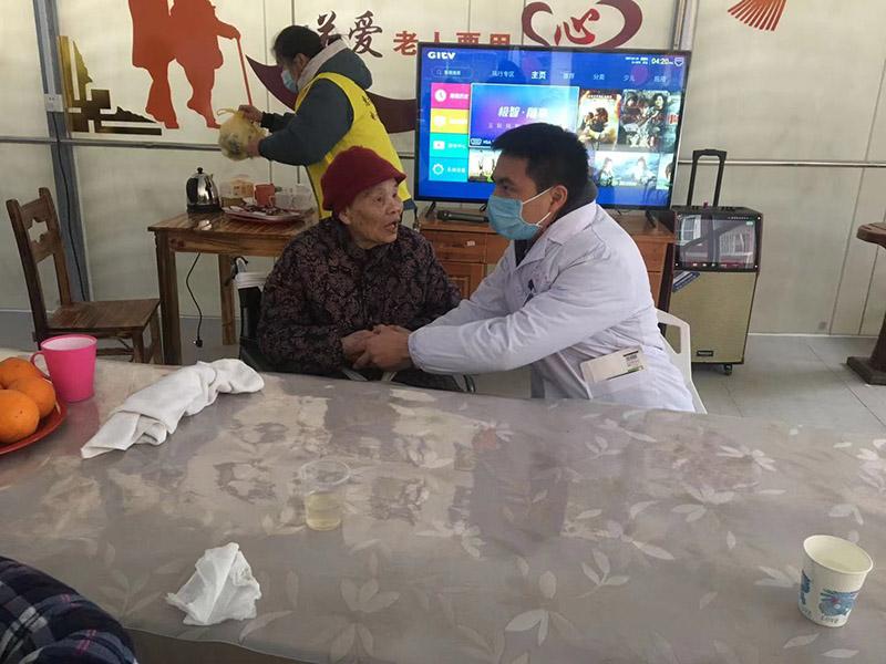 为老人检查身体-惠福养老院