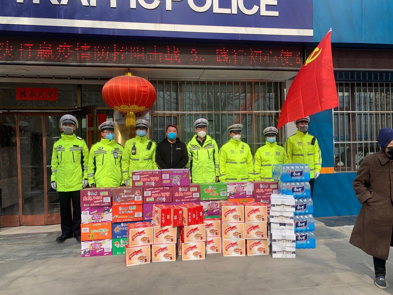 甘肃德元餐饮总经理马强先生带领员工及物资慰问防控一线工作人员