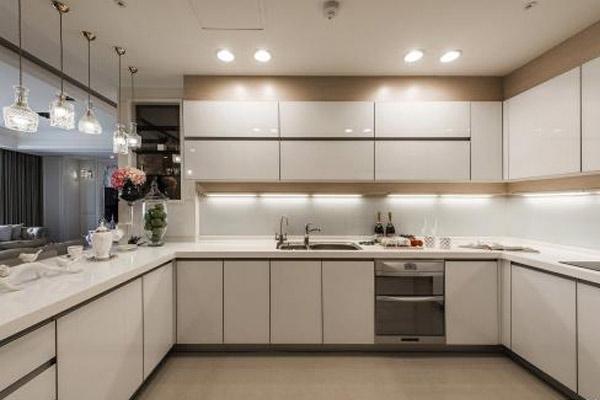 装修厨房时选择定制橱柜好不好