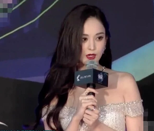 甘肃翰晟图文设计分享娜扎亮相2019MAMA颁奖礼,穿亮片裙太抢眼,完胜一众韩国女星