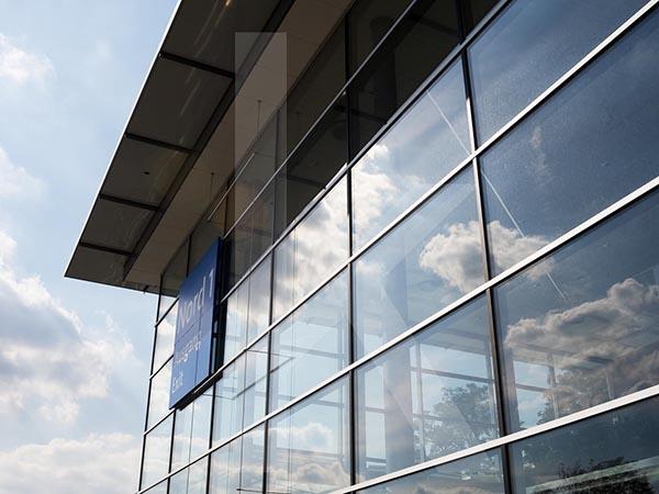 为何许多高层建筑采用的玻璃幕墙不设护栏?