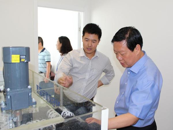 张掖市委书记、原天水市委副书记、市长杨维俊参观我公司MBR污水处理设备演示