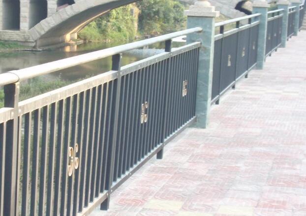 天水锌钢护栏厂家告诉您市政围挡的实际安装和使用要注意什么