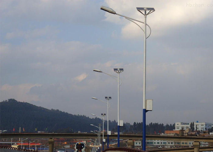 太阳能路灯能在阴雨天下正常工作吗?