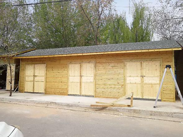 臺中植物園門口裝置防腐木板屋