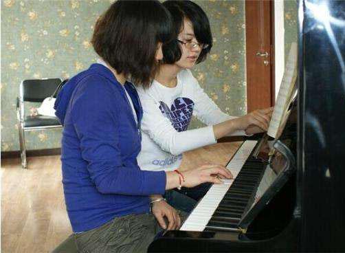 弹钢琴时左右手不协调应该怎么练习?钢琴培训老师来教你