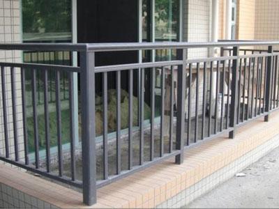 阳台不锈钢护栏安装标准都有啥?河北护栏网厂家都是怎么安装的?