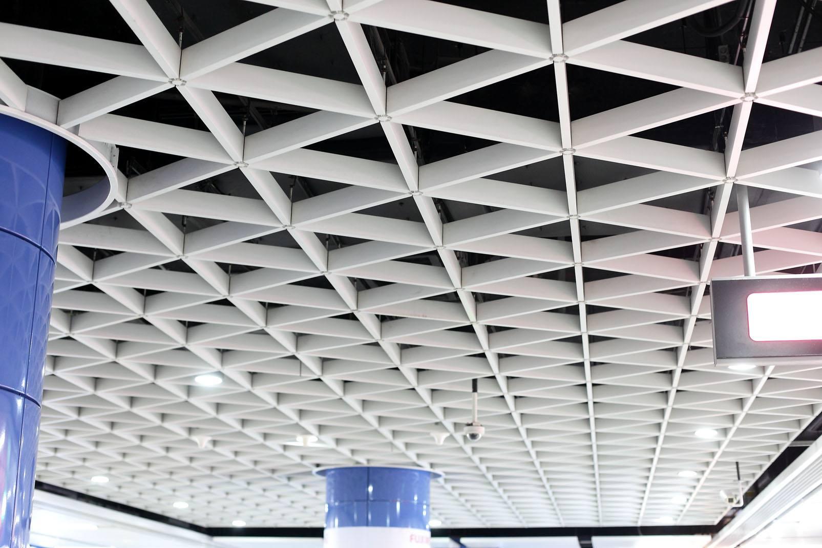 弧形木纹铝方通有什么特点?云南铝单板厂家为你解说