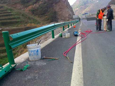 高速路防撞护栏施工