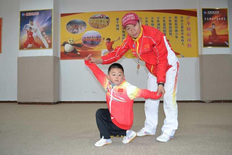 武术课堂,老师与孩子互动,花果园少儿散打培训