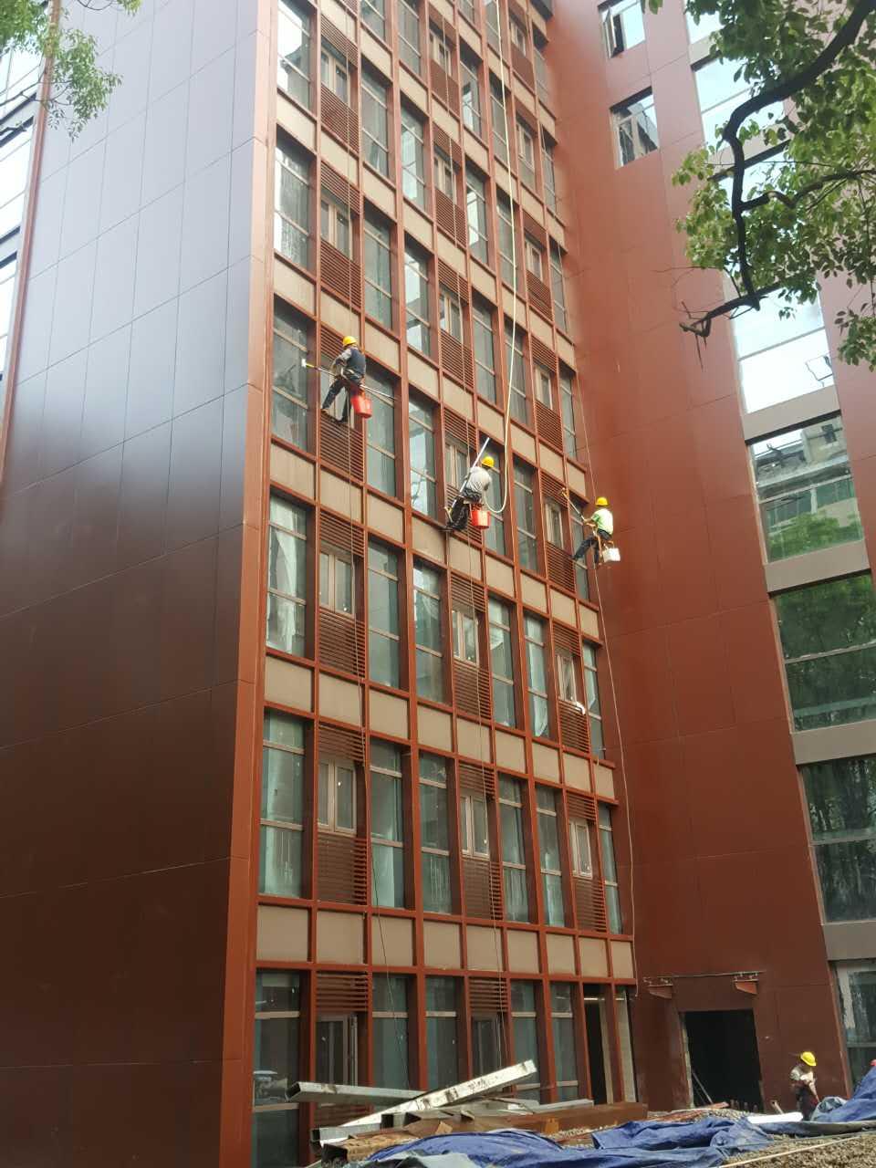贵阳医学院外墙清洗现场