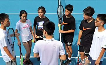 网球培训中该如何有效进行拉拍?