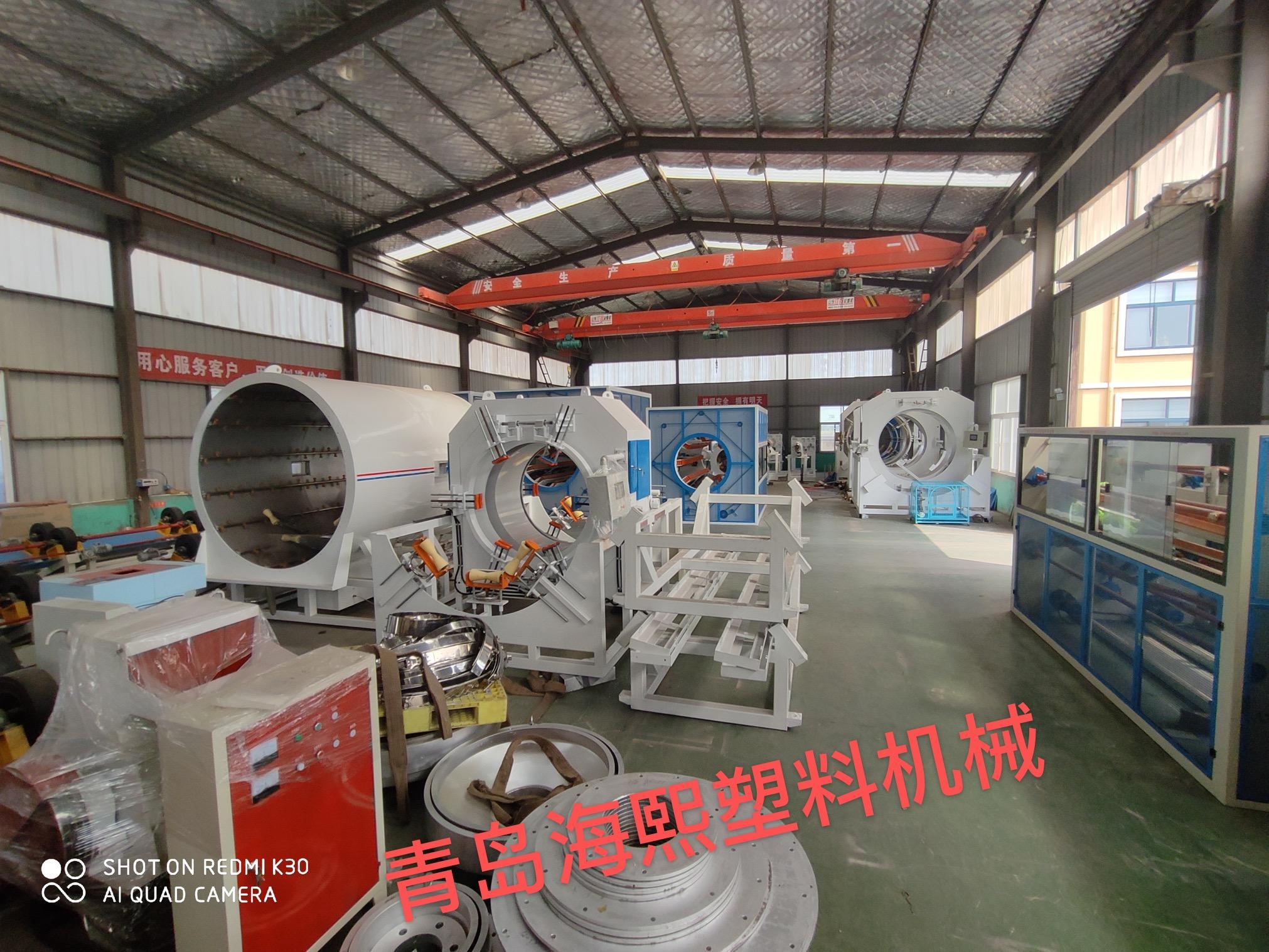 天氣炎熱沒有影響青島海熙塑機發保溫管生產線的熱情