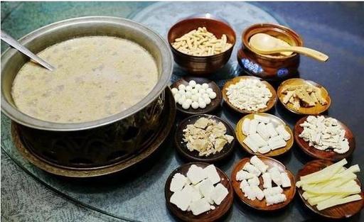 内蒙古特色蒙餐欢迎到浩日沁蒙餐喝蒙古奶茶