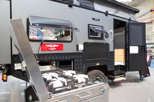拖挂式房车厂家分享如何安全并线
