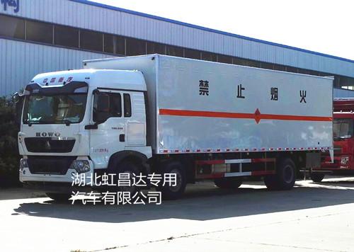 重汽豪沃小三轴19.17吨9.5米易燃液体厢式运输车