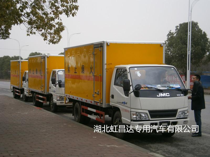 爆破器材运输车厂家提醒您关于爆破器材运输车必须装配的安全措施