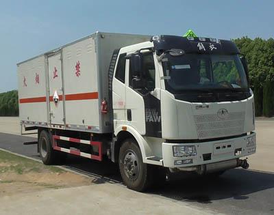 解放单桥10.405吨6米2腐蚀性物品厢式运输车