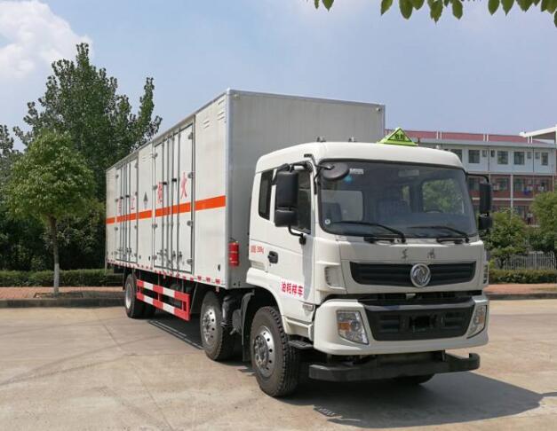东风小三轴13.805吨9.5米杂项危险物品厢式运输车