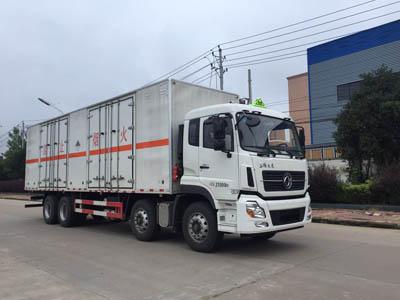 东风天龙17.32吨9.5米杂项危险物品厢式运输车