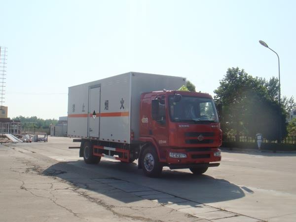 东风柳汽8.705吨6.75米杂项危险物品厢式运输车