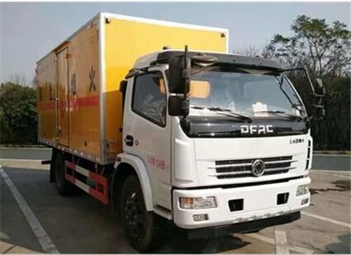 东风多利卡7.055吨5.13米烟花爆竹专用运输车