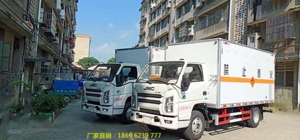 冒着酷热 湖北虹昌达司机把2台江铃国六爆破器材运输车安全送到