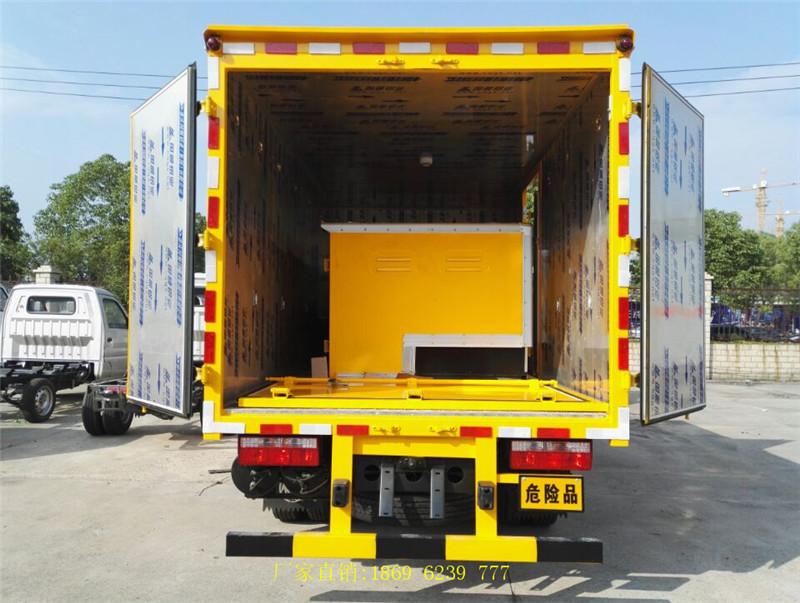 鄂尔多斯新客户王总定购的皮卡炸药车厢和东风多利卡民爆运输车安全送到