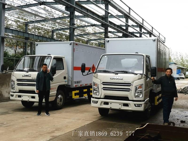 可喜可贺:2台1.315吨国六蓝牌江铃爆破器材运输车代送车到四川