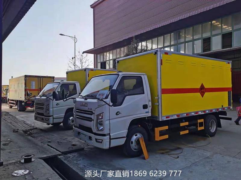 实力说话:新疆客户定购的2台江铃爆破器材运输车出库啦!