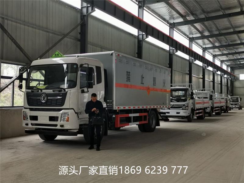 与时间赛跑:东风天锦10吨国六爆破器材运输车发车1台