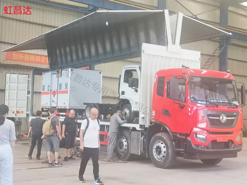 同一客户二次出货:2台东风天锦飞翼车轻松装载2台易燃液体厢式运输车同时出库