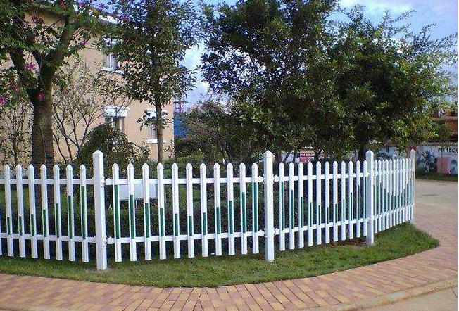 草坪护栏施工