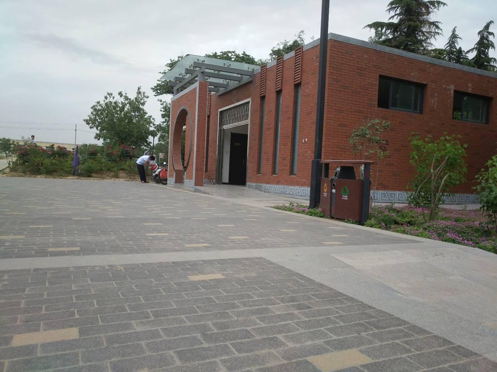 公厕外场地使用陶瓷透水砖