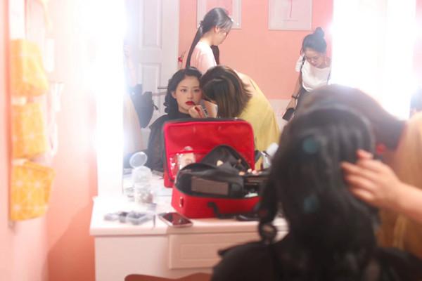 湖南花儿化妆培训学校学员外棚写真拍摄教学实践