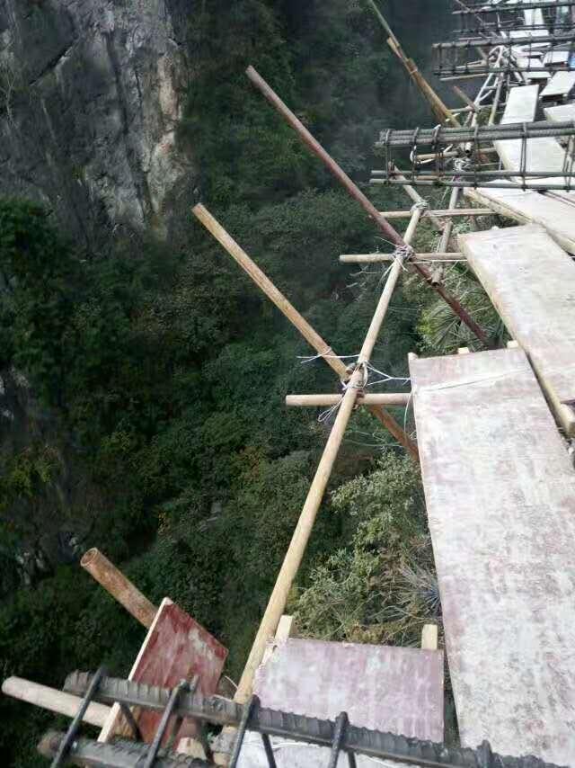 景區玻璃棧道施工工程