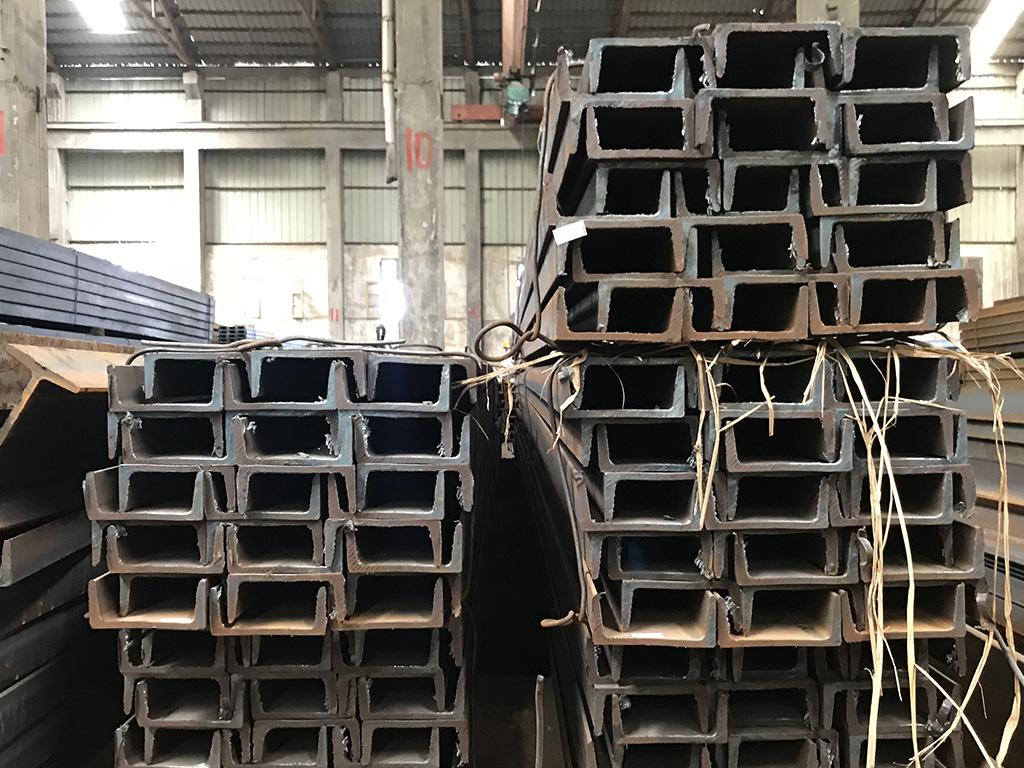 长沙槽钢厂家浅谈采用槽钢做桥梁护栏模板安装架的作用