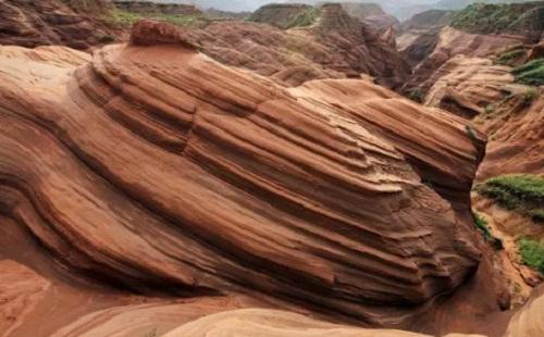 红砂岩浮雕纹路在点缀中的作用