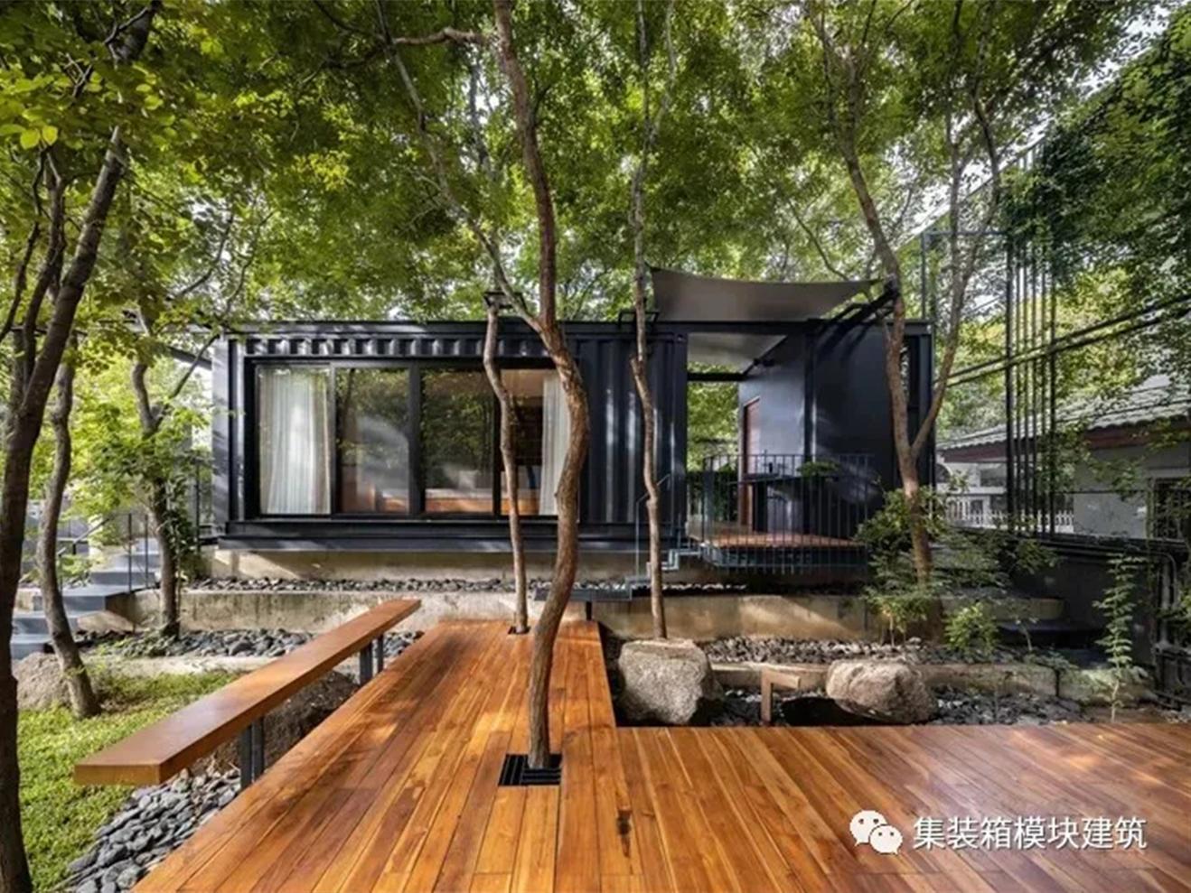 围绕树木长成的集装箱房,与自然融为一体!
