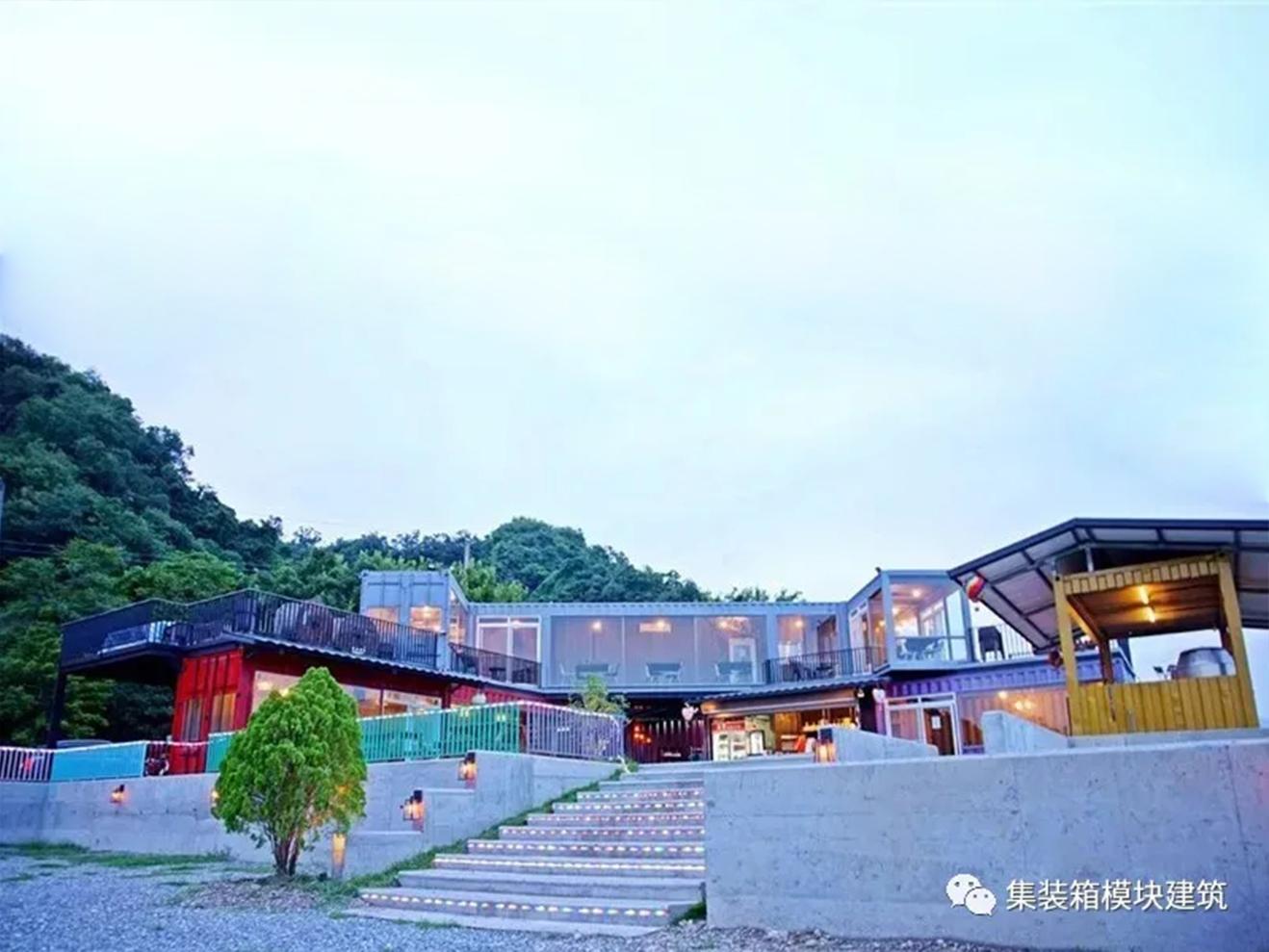 炫彩阶梯通向集装箱餐厅,享受无遮拦高地势全景景观!