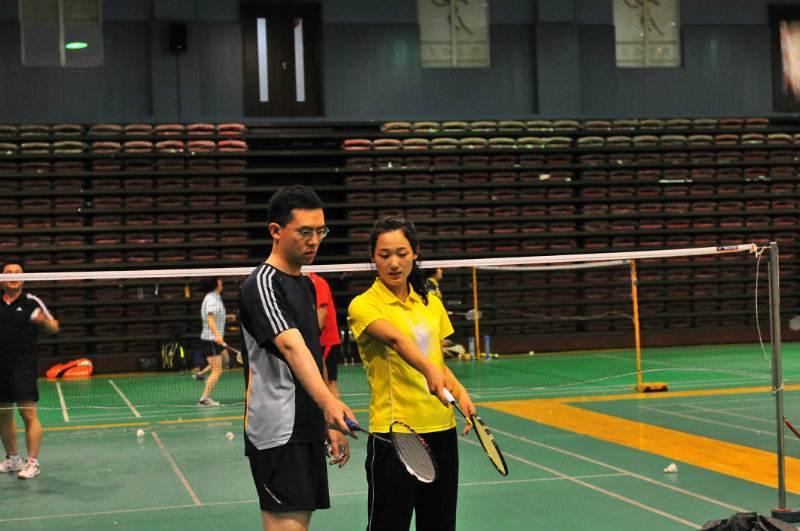 如何在羽毛球训练馆进行自我训练
