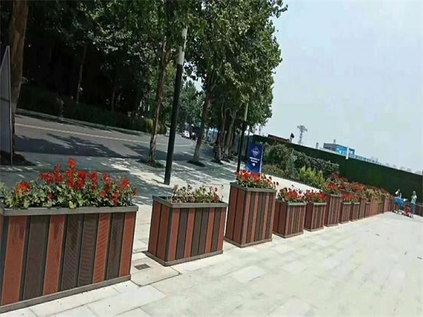 青白江新鸥鹏教育小镇 200余个铝合金花箱三天完工