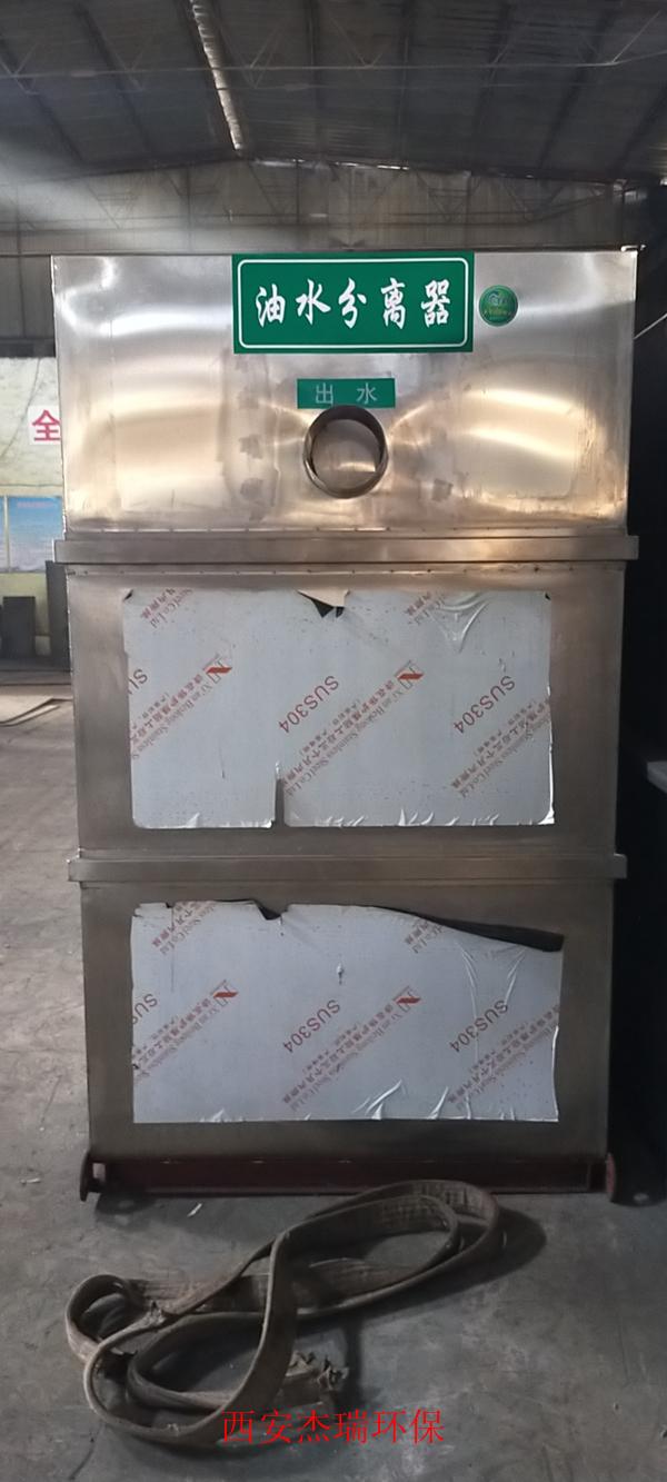 泾阳新城第一中学油水分离器已安装完毕