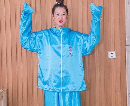 蓝色丝绸浴服