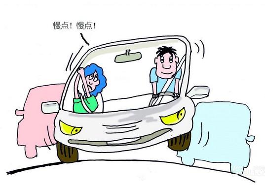 青岛驾校友情提示:青岛城运驾校 新手上路须知系列   第一、遵守交通规则。比如变线要打转向灯,不要向那些不打灯的老司机学习。   第二、不能仅盯前方,还要多留意两边的倒后镜情况。这样能较好应付从两旁突然窜出的车辆。   第三、新手常常见到一有事情就急踩刹车,造成追尾。建议先轻刹,给后面的车辆信   号后,再将车辆停下来。   第四、有人过街,最好放慢速度。老司机有经验可以自如控制,而新手常常慌了手脚,容易出事。   第五、新手的车速最好保持在恰好跟住前车的速度。即不能太快,也不能太慢。如果太慢,后面的大
