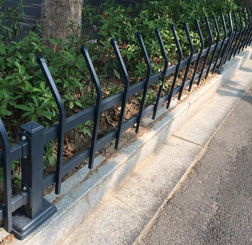 锌钢草坪护栏有什么特点?