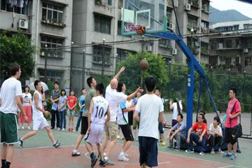 去学习青少年篮球培训对孩子的好处