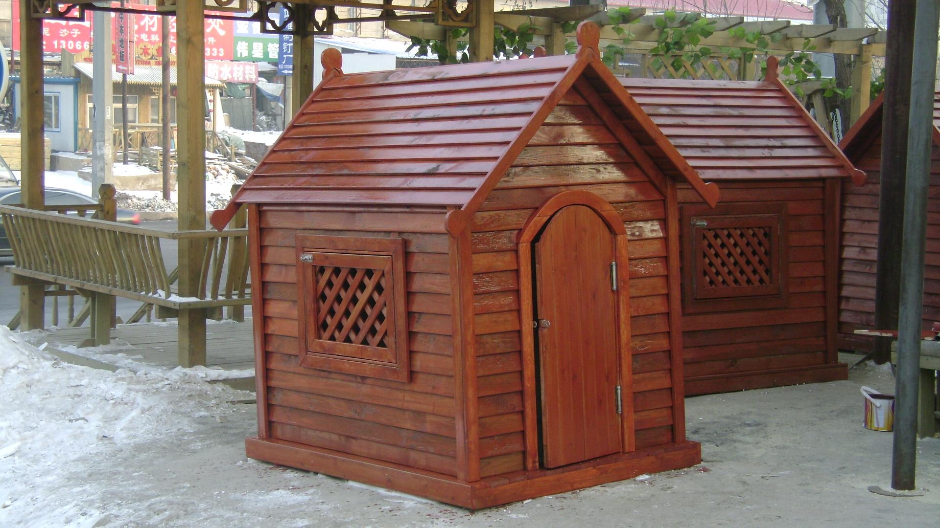 狗窝是指狗舍,狗或狗群的棚舍 。防腐木作为一种永恒的建材,有节能,环保,保温,稳定性高,冬暖夏凉等特点。测试结果表明,一百五十毫米厚的木结构墙体,其保温能力相当于六百一十毫米厚的砖墙。防腐木狗窝在户外,室内使用两相宜,但是在户外使用,要求狗屋要经过防腐防水处理,使用寿命在五年左右。