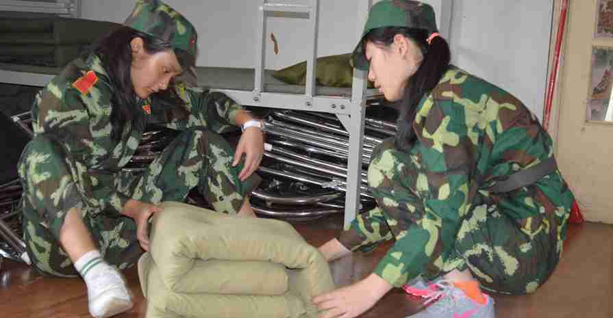 军事夏令营给了学生们一种全新且未知的生活体验